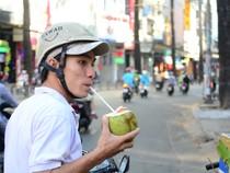 Người Sài Gòn chống chọi với nắng nóng