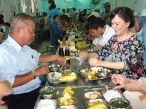 Phu nhân Chủ tịch nước ăn cơm 2.000 cùng với người nghèo