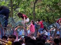 Công viên nước Hồ Tây 'vỡ trận', hỗn loạn người leo rào tắm miễn phí