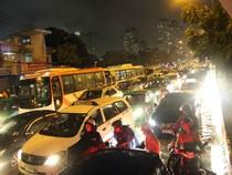 Loạt ảnh người Sài Gòn lướt thướt kẹt cứng giữa đường suốt đêm