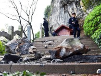 Đá tảng rơi đè chết 7 khách du lịch