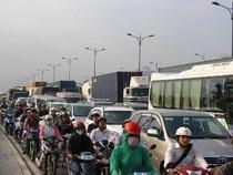 TP.HCM: CSGT vắt kiệt sức giải tỏa vụ kẹt xe kéo dài 15 tiếng