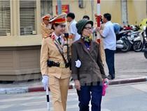 """Những """"bông hồng vàng"""" của Cảnh sát giao thông Hà Nội"""