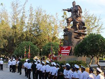 Sĩ quan hải quân dâng hương Đức thánh Trần