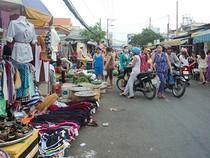 Phạt người mua để dẹp chợ tự phát?