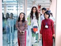 Hoa hậu Hoàn vũ Phạm Hương về thăm trường