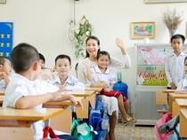Hoa hậu Phạm Hương rơi nước mắt khi thăm lại trường cũ