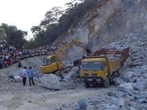 Hàng chục mét khối đá rơi trúng hai công nhân