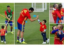 Cầu thủ Tây Ban Nha thoải mái mang con vào sân tập