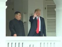 Hai nhà lãnh đạo Trump-Kim đứng ở ban...
