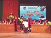 Nữ sinh viên được cầu hôn trong lễ tốt...