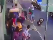 Clip kinh hoàng tài xế lao xe vào đám đông...