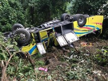 Clip: Hiện trường vụ xe khách rơi trên đèo...