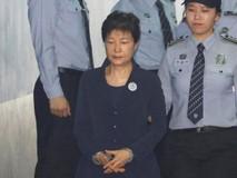 Cựu tổng thống Park Geun Hye bị còng tay...