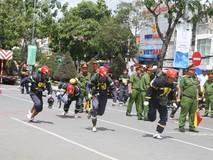 Lính cứu hỏa trổ tài bò đường ống, cõng...