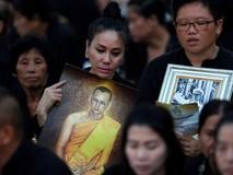 Hàng trăm ngàn người Thái tiễn biệt vua Bhumibol
