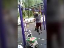 Cụ bà hít xà đơn ở công viên làm...