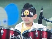 Cậu bé 7 tuổi bịt mắt đánh trống gây...