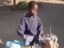 Cậu bé chơi trống cực hay bằng vật dụng...