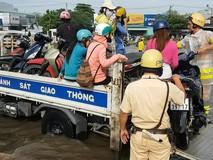 CSGT dùng xe đặc chủng giúp dân qua khỏi...