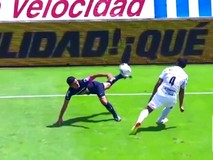Những pha 'làm xiếc' trong bóng đá