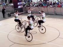 4 cô gái trình diễn xe đạp 1 bánh...