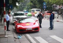 Người Hà Nội dán cờ đỏ sao vàng lên siêu xe, sẵn sàng đi 'bão'