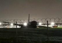 Máy bay TQ chở 165 người trượt đường băng, văng động cơ
