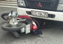 Lao thẳng vào xe tải, người đàn ông lọt gầm tử vong