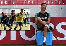 Ronaldo đùa giỡn trên sân tập trước thất bại của Messi