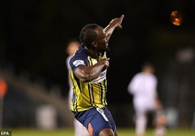 Clip 'vua điền kinh' Usain Bolt lập 'cú đúp' cho CLB của Úc