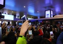 Tuyển Việt Nam về tới Nội Bài, fan hâm mộ cuồng nhiệt chào đón