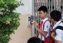 Học sinh thích thú quẹt thẻ điểm danh
