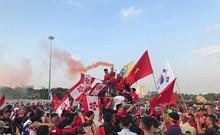 CĐV Việt Nam đốt pháo sáng ngoài sân Mỹ Đình