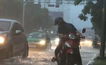 TP.HCM hứng chịu mưa lớn, nhiều nơi ngập sâu