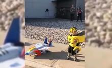 3 em nhỏ hóa thân thành các nhân vật trong phim Transformers