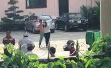 Clip: Kẻ ngáo đá cầm dao kéo khống chế người ở Huế