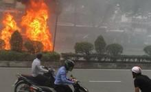 Clip: Ô tô đang chạy bốc cháy trên đường Trường Chinh