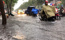 Cửa ngõ vào sân bay Tân Sơn Nhất kẹt cứng sau mưa lớn