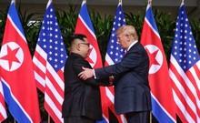 Cận cảnh màn bắt tay lịch sử 12 giây của ông Trump, ông Kim