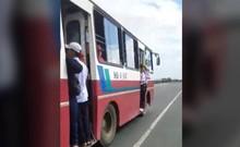Nguy hiểm học sinh đu bám ở cửa xe khách để đi học