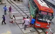 Thanh chắn đâm xuyên xe khách, hành khách hoản loạn bỏ chạy