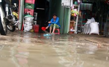 1 ngày sau cơn mưa lịch sử, dân TP.HCM vẫn hì hục tát nước