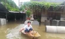 Người dân TP.HCM phải dùng xuồng để di chuyển vì ngập nặng