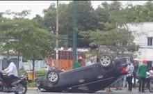 Lật xe ô tô trên đường Phạm Văn Đồng