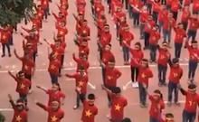 Hơn 1.000 học sinh hát vang 'Việt Nam ơi' cổ vũ ĐT Việt Nam
