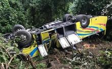 Clip: Hiện trường vụ xe khách rơi trên đèo Hải Vân