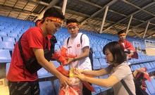CĐV nhặt rác sau trận thắng của đội tuyển Việt Nam