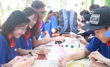 Túc trực tại các điểm thi chào đón thí sinh thi THPT