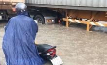 Người dân TP.HCM bì bõm về nhà sau trận mưa lớn